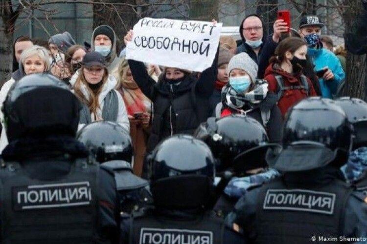«Що значить козацька кров...»: на мітингу опозиції у Москві українка віддухопелила поліцейського