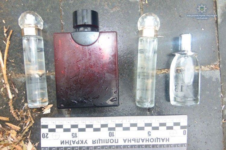 Крадій парфумів погрожував ножем потерпілій
