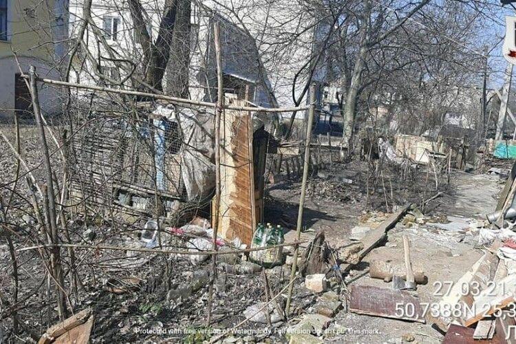 У Луцьку хочуть водити туристів через двір, який закиданий непотребом і сміттям