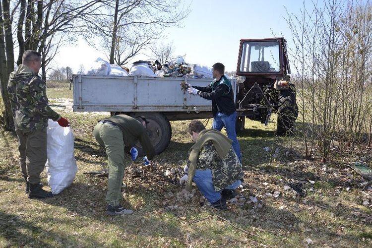 Гори сміття з берега Світязя  вивозили трактором