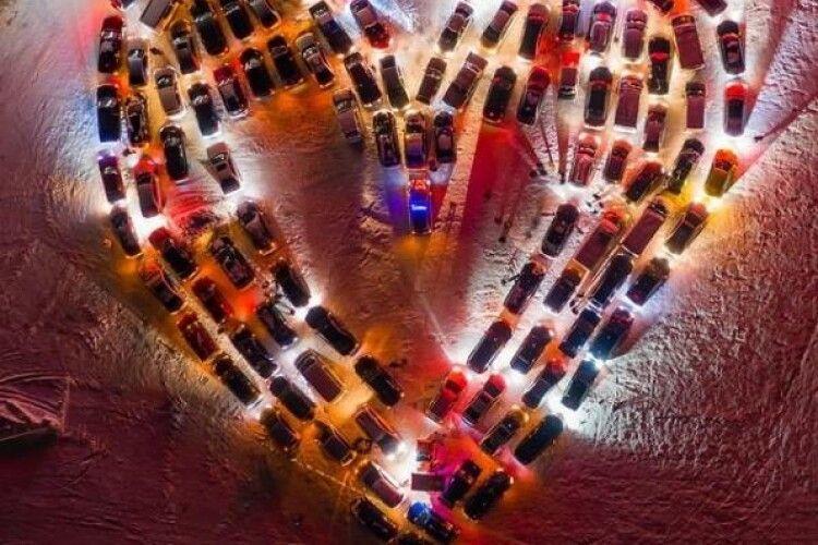 У Києві до Дня Святого Валентина створили валентинку з понад сотні автівок (Фото)