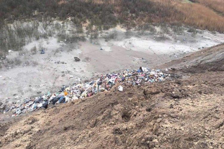 Львівське сміття вже дісталося й до «столиці бурштинокопачів» (фото)