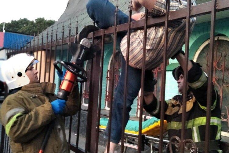 Бійцям ДСНС довелося знімати дядька з паркану