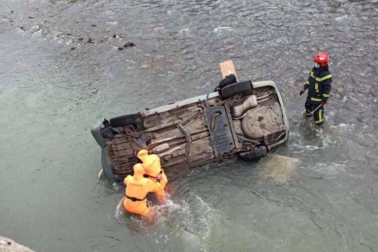 На Львівщині автівка злетіла в річку з моста: є загиблий і травмовані
