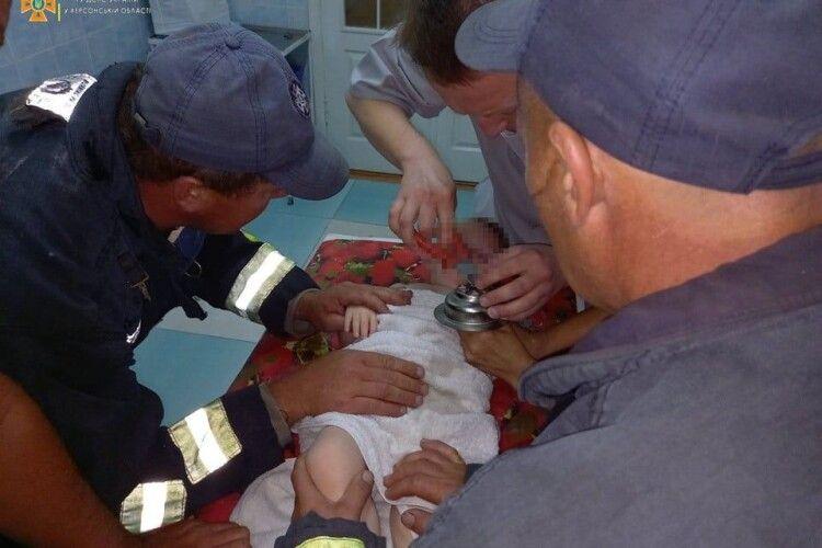 Бійці ДСНС разом з медиками рятували дворічного хлопчика, який засунув пальчика у решітку кухонної мийки