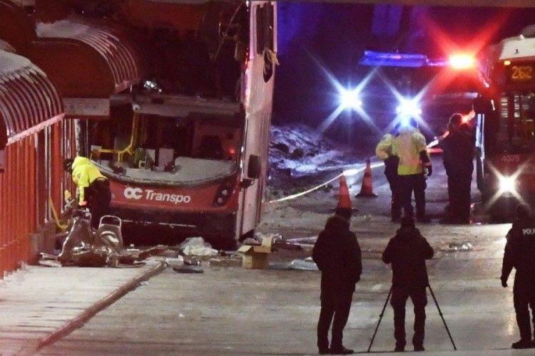 На місце аварії прибули 30 «швидких»: автобус в'їхав у зупинку (фото, відео)