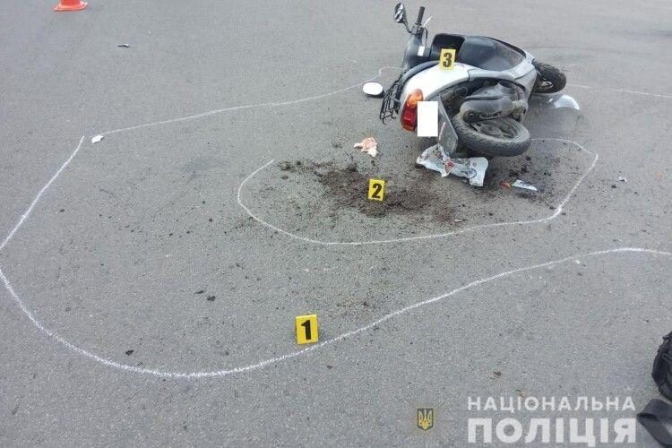 На Рівненщині водій легковика збив жінку на мопеді та втік