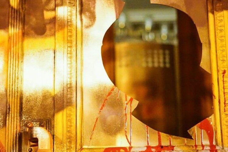 Офісу Зеленського запропонували, що викуплять розмальовані двері