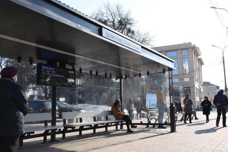 У центрі Луцька ще на трьох зупинках можна зарядити телефон (Фото)