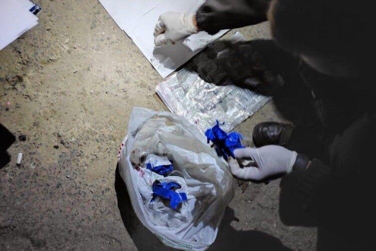 У Луцьку затримали киянина з кілограмом психотропів (Фото)