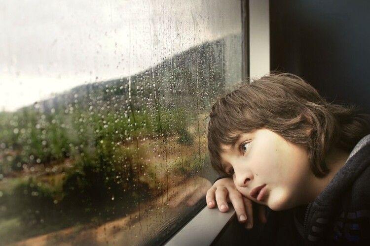 Спав посеред парку на своїх шкільних зошитах: 9-річний хлопчик три дні жив на вулиці (Фото)