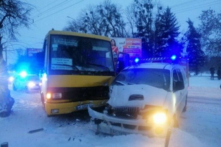 У Луцьку маршрутка зіткнулась з автомобілем (Фото)