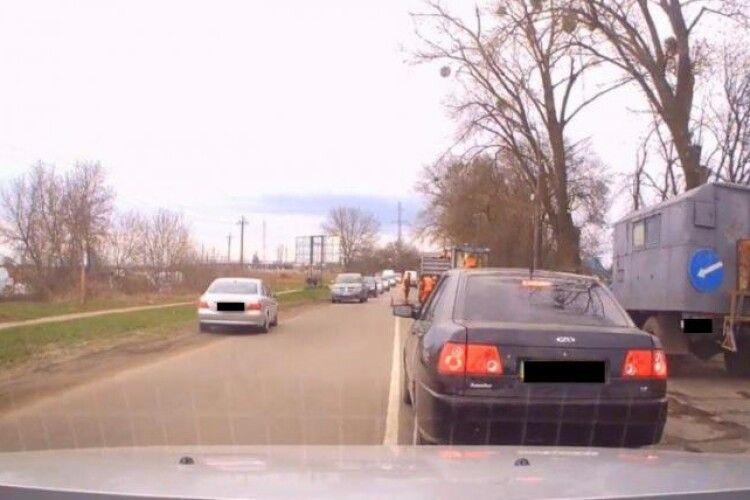 У Рівному водій об'їхав затор по зеленій зоні (Відео)