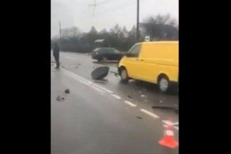 Під Луцьком – потрійна ДТП, Renault викинуло на зустрічну (Відео)