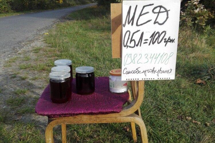 Самообслуговування по-волинськи: ратнівчанин організував при дорозі продаж меду