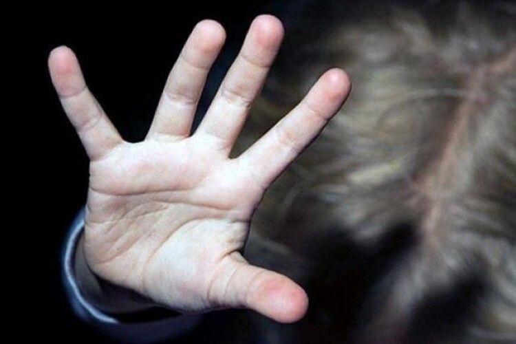 Синці по всьому тілу помітили в садочку: за побиття сина судили жінку