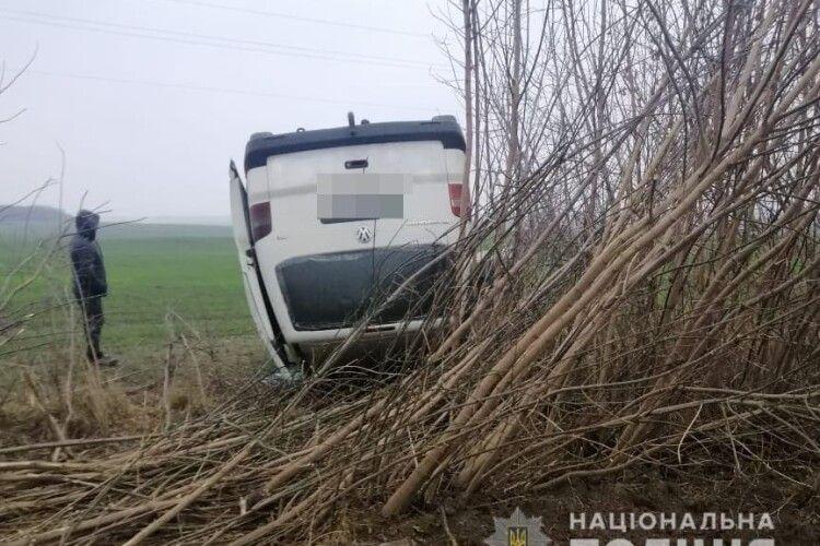 У Луцькому районі через ожеледицю два авто злетіли в кювет (Фото)