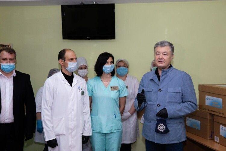 Вінницьких медиків і педагогів протестують безкоштовно – Порошенко передав 5 тисяч ІФА-тестів