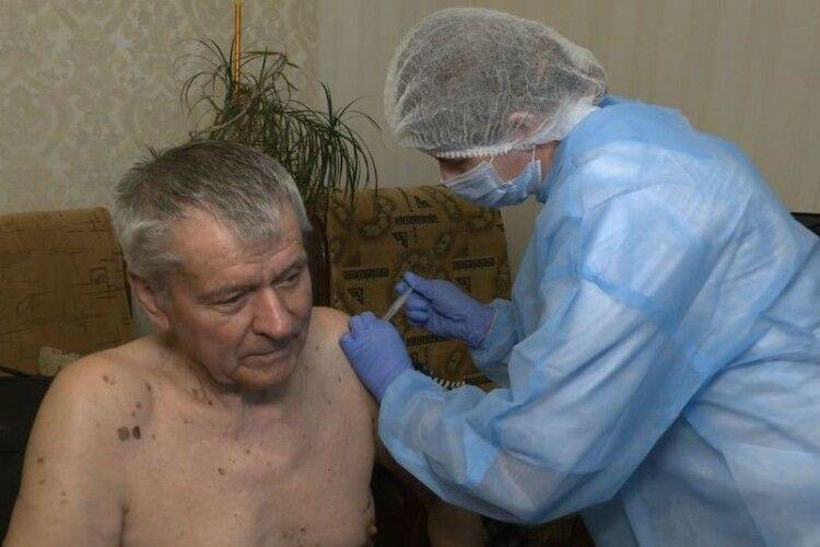 На Волині першим вакцину CoronaVac отримав 83-річний пенсіонер (Відео)