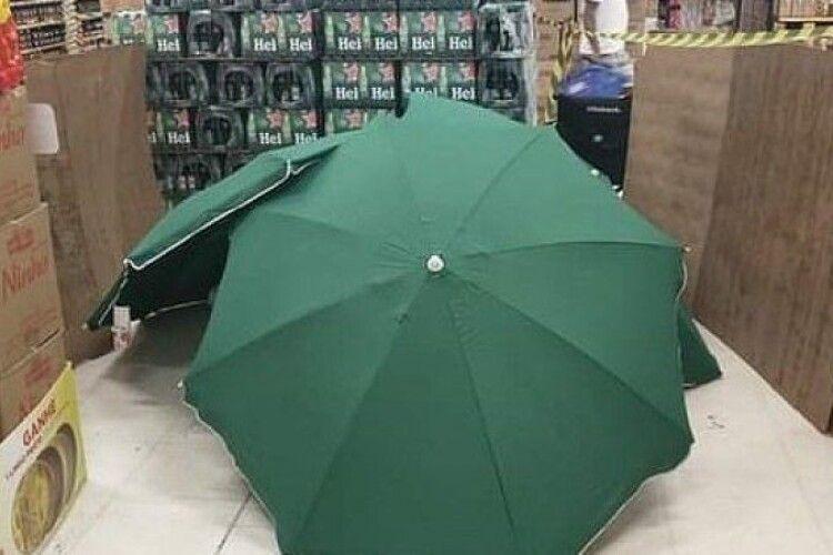 У  супермаркеті померла людина. Працівники прикрили тіло парасолями, щоб не закривати магазин