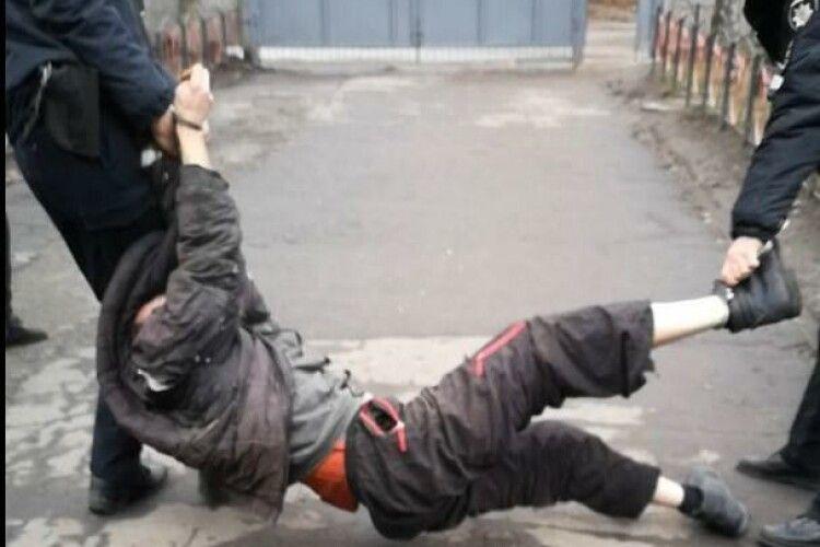Патрульні затримали інваліда й привселюдно його катували (Фото)