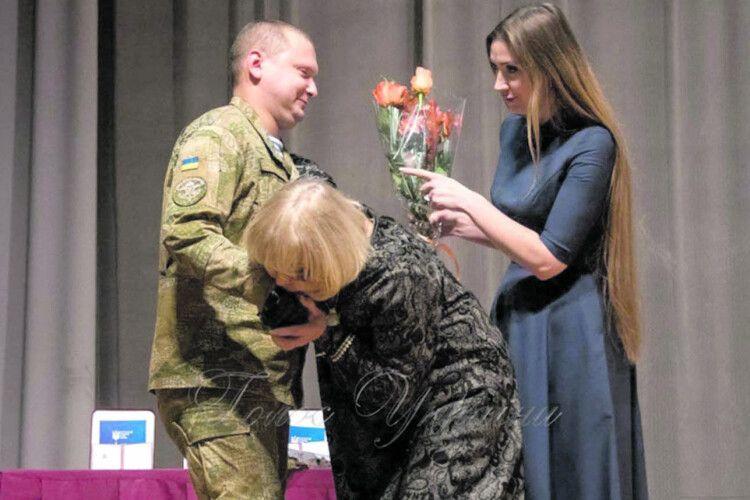 «Коли викидав гранату з БТРа, серце не гупало так сильно, як на сцені»: як акторка Ада Роговцева вручала атовцю високу нагороду