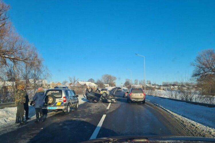 Автівка перекинулася на дах: на Горохівщині сталася автотроща (Фото)