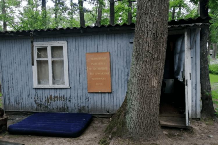 Двоє маленьких дітей провалились у вуличний туалет: старша дівчинка померла, а її брат – в реанімації