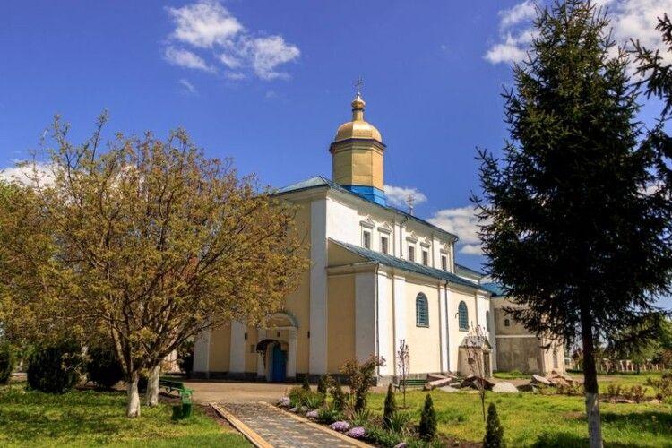 Поблизу Луцька  вітер зірвав дах у монастирі