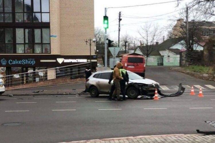 У Луцьку сталася ДТП: зіткнулися Renaultі Skoda (Відео)