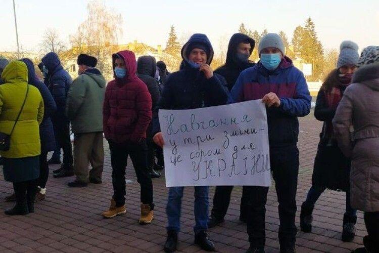 Батьки зі Стобихівки вимагають скасувати третю зміну і добудувати школу (Відео)