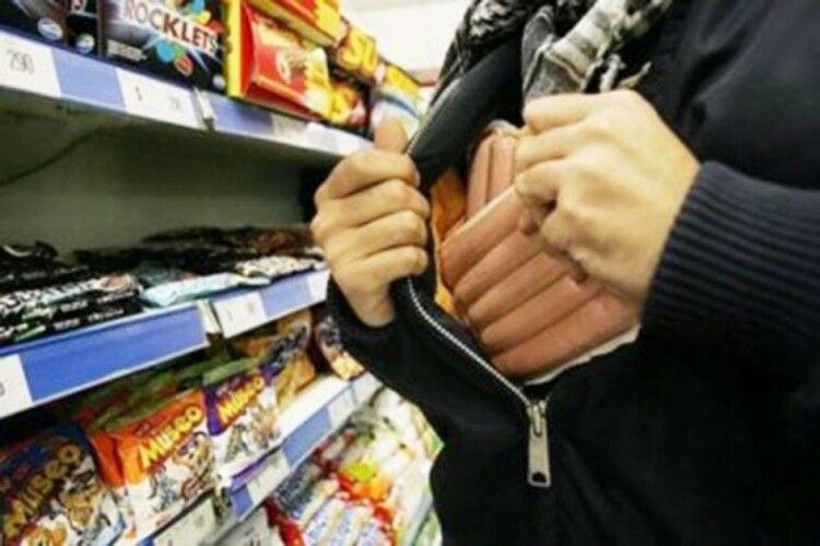 У Луцьку зловили чоловіка, який крав продукти з магазинів
