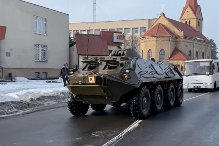 Волинським містом проїхала колона гвардійців з БТР (Відео)