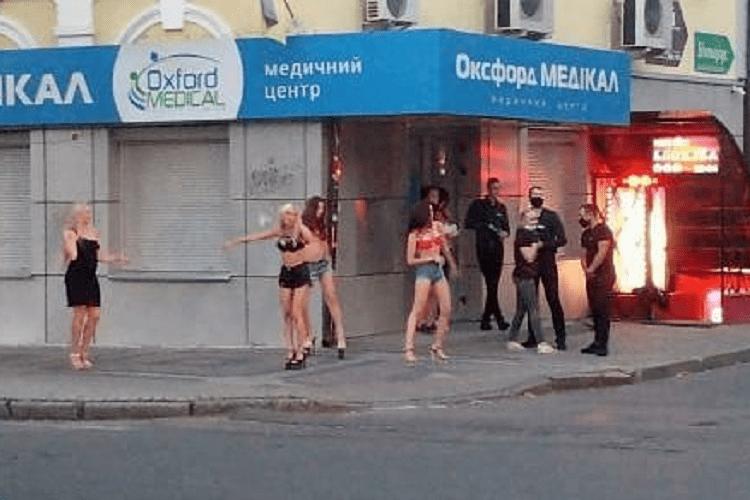 У Луцьку біля нічного клубу оголені дівчата влаштовують «брудні»танці (Відео)