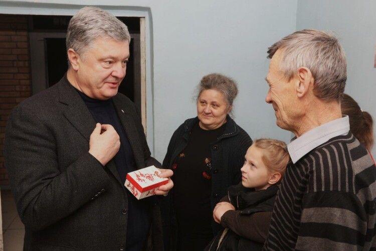 Порошенко з командою подарували будинок родині, дім якої розбомбили