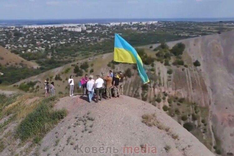 Над Лисичанськом замайорів прапор, який передали з Ковеля