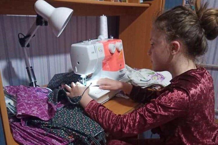 11-річна школярка пошила 2 тисячі захисних масок та безкоштовно подарувала їх людям