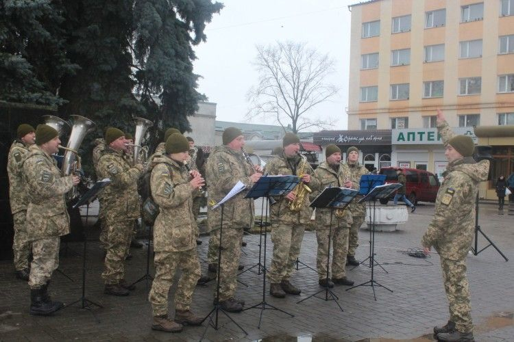 У Володимирі-Волинському військовий оркестр14 ОМБр долучився до флешмобу з нагоди 100-річчя Крут