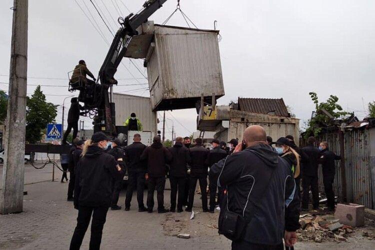 На Центральному ринку Луцька конфліктували підприємці з муніципалами: не давали розбирати контейнери (Відео)