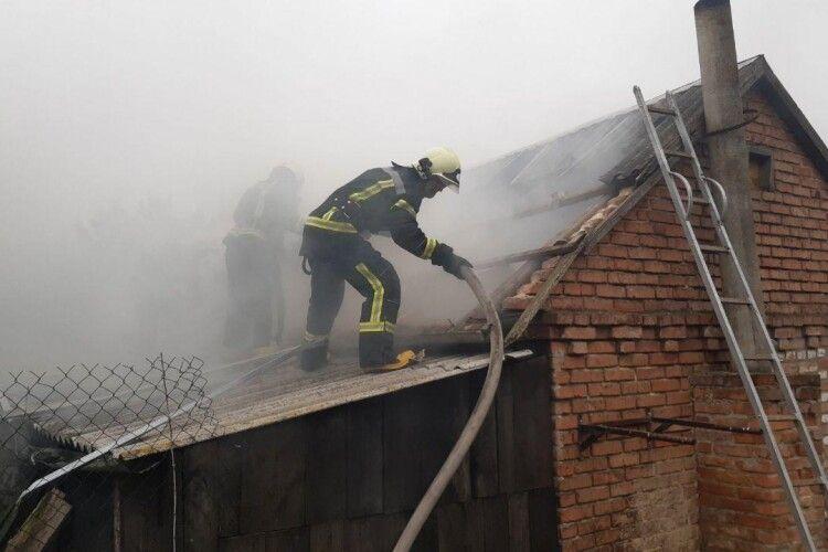 У селі під Луцьком з невідомих причин загорілась господарча споруда