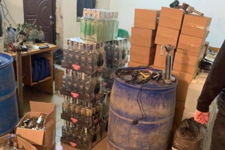 У селі неподалік Ківерець «клепали» на продаж «Козацьку раду» і «Хортицю»