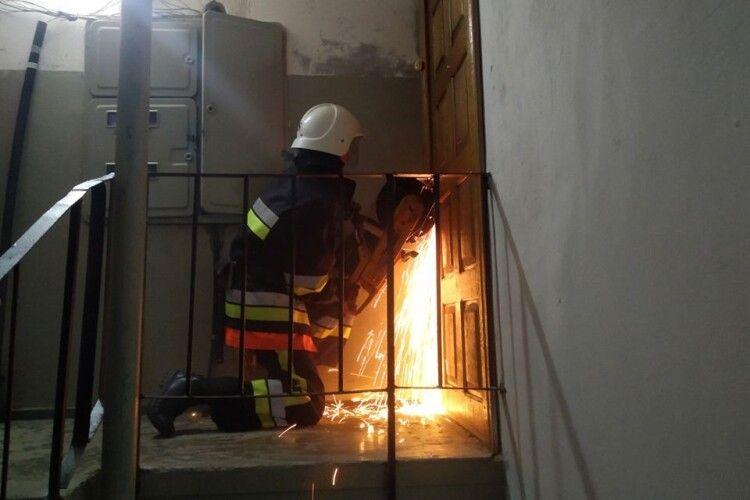Бійці ДСНС визволяли двох дошкільнят, які зачинилися у квартирі багатоповерхівки (фото)