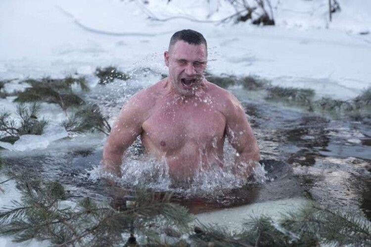 Ще той моржисько: у Київі з ополонки випірнув міський голова Кличко (Відео)