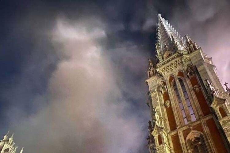 У Києві загорівся костел Святого Миколая: вогнем пошкоджено орган (Фото, відео)