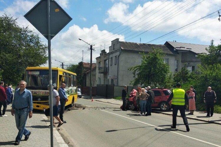 У результаті зіткнення автобуса з легковиком постраждало 8 людей