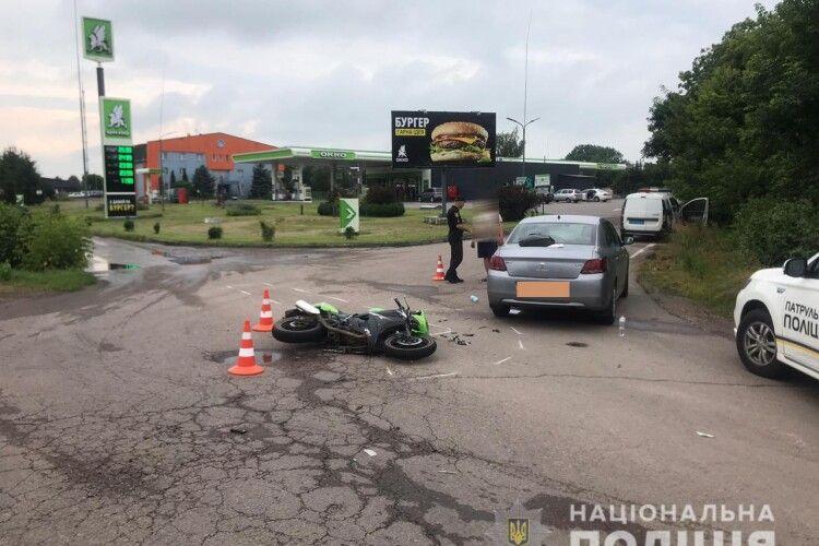 У Білій Криниці на Рівненщині мотоцикліст не захотів пропускати автівку: рука в гіпсі, голова розбита, живіт травмований...
