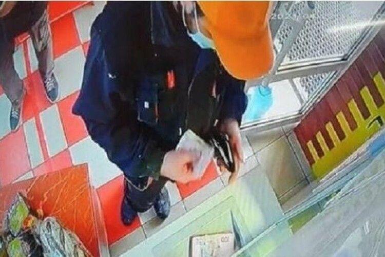 У Рівному чоловікові в обміннику випадково видали зайвих 10 тисяч гривень