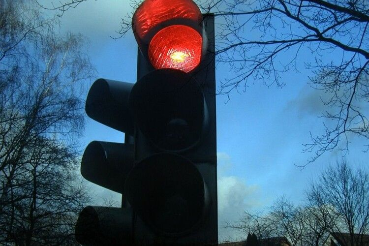 Поїхала на червоне світло: жінка влаштувала серйозну ДТП (Відео моменту)