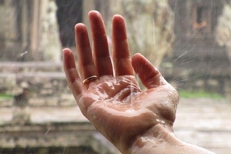 В Україну повертаються дощі та сильна спека: прогноз погоди на сьогодні