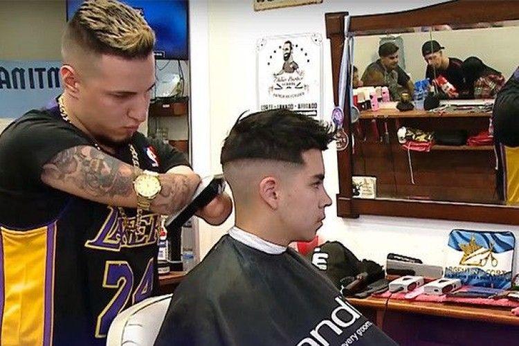 У перукаря немає… рук (Відео)